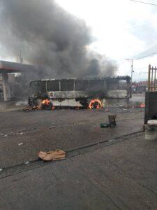 Haïti-Turbulence: Tirs nourris, au moins 7 véhicules incendiés à Delmas et Pétion-Ville